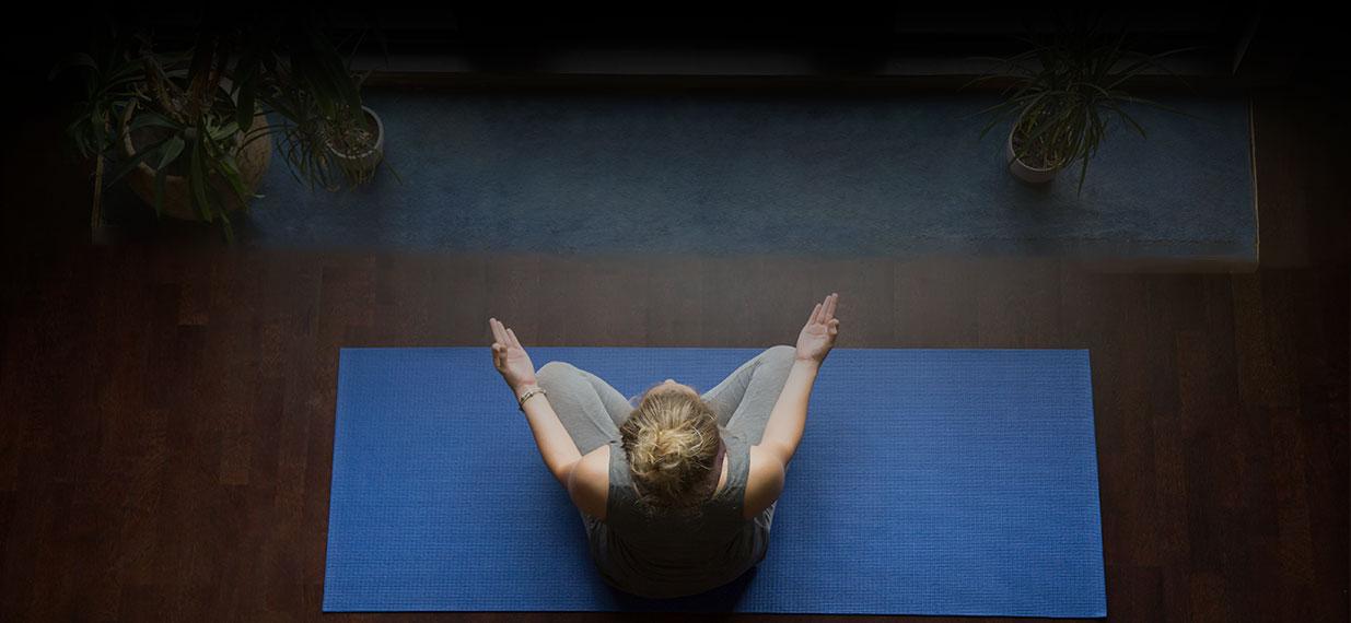 meditaciones y posturas de yoga para hacer en casa